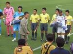 神奈川ダービーにつく松沢知事が花束贈呈.jpg